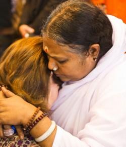 Mata Amritanandamayi-eine Inderin umarmt die Welt