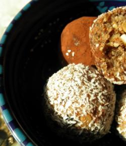 Köstliche Minz Kakao Energiekugeln mit Cashewknusperfüllung